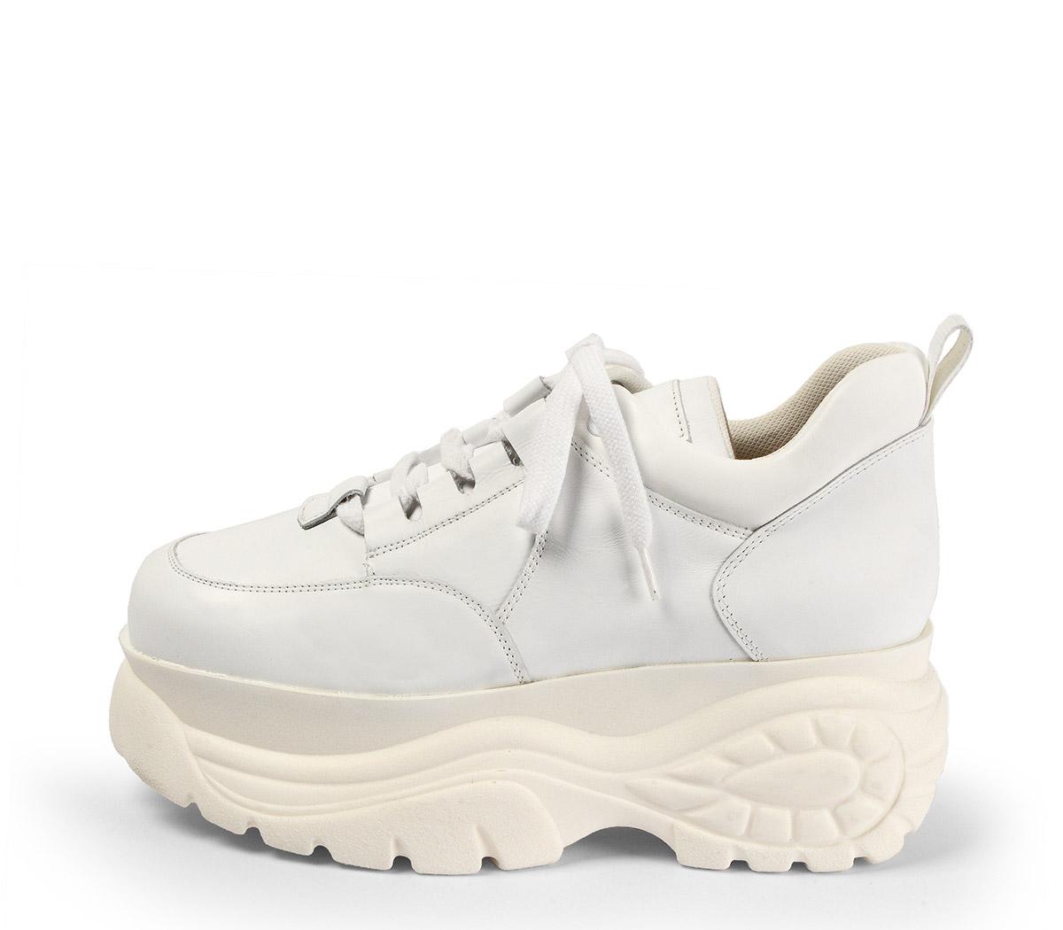 Ref. 4039 Sneaker piel blanca con cordones al tono. Altura plataforma trasera 6 cm y plataforma delantera 5 cm.