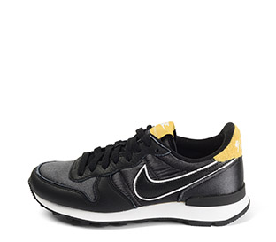 Ref. 4064 Nike Internationalist combinada piel negro con tela negra. Simbolo negro y blanco. Cordones al tono. Detalle trasero color mostaza.
