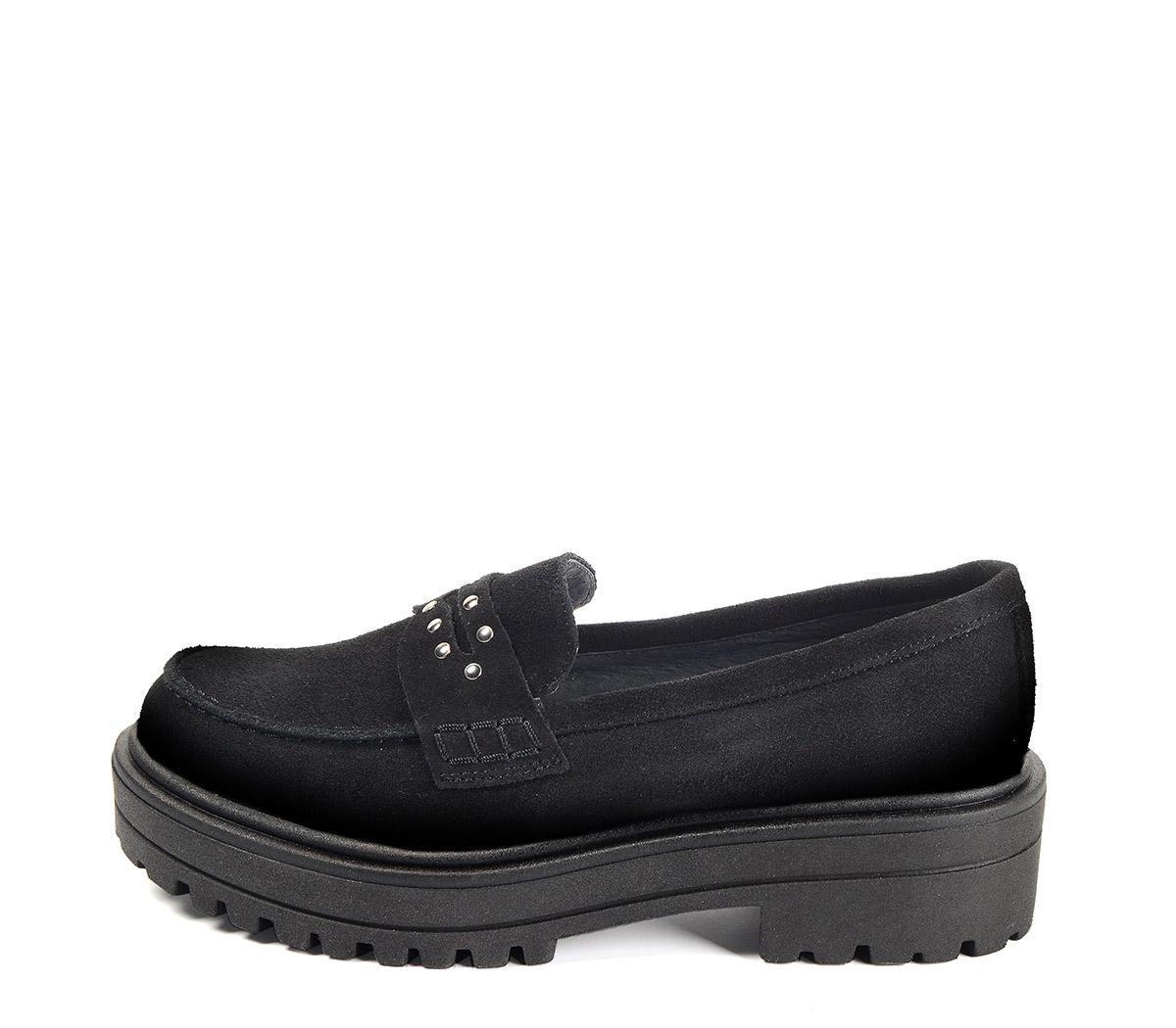 Ref. 4068 Zapato mocasín serraje negro con detalle tachas en el antifaz. Suela dentada. Tacón de 4.5 cm y plataforma de 3 cm.
