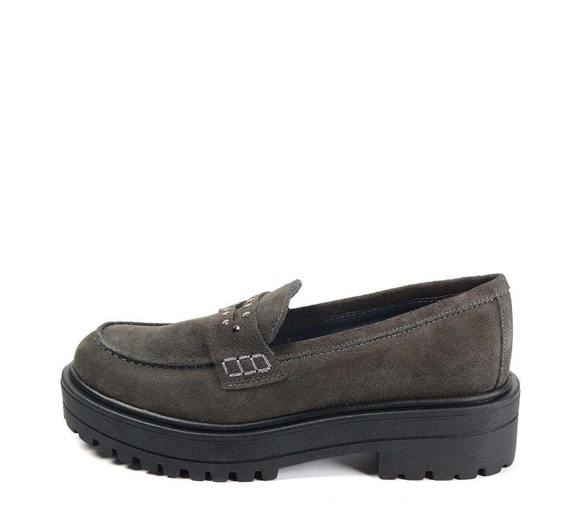 Ref. 4076 Zapato mocasín serraje gris con detalle tachas en el antifaz. Suela dentada. Tacón de 4.5 cm y plataforma de 3 cm.