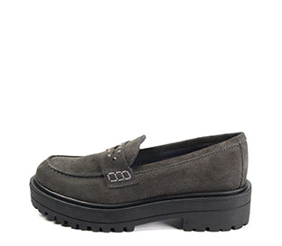 Ref. 4076 Zapato mocasín serraje gris con detalle tachas en el antifaz. Suela dentada. Tacón de 4.5 cm y plataforma de 3 cm. - Ítem1