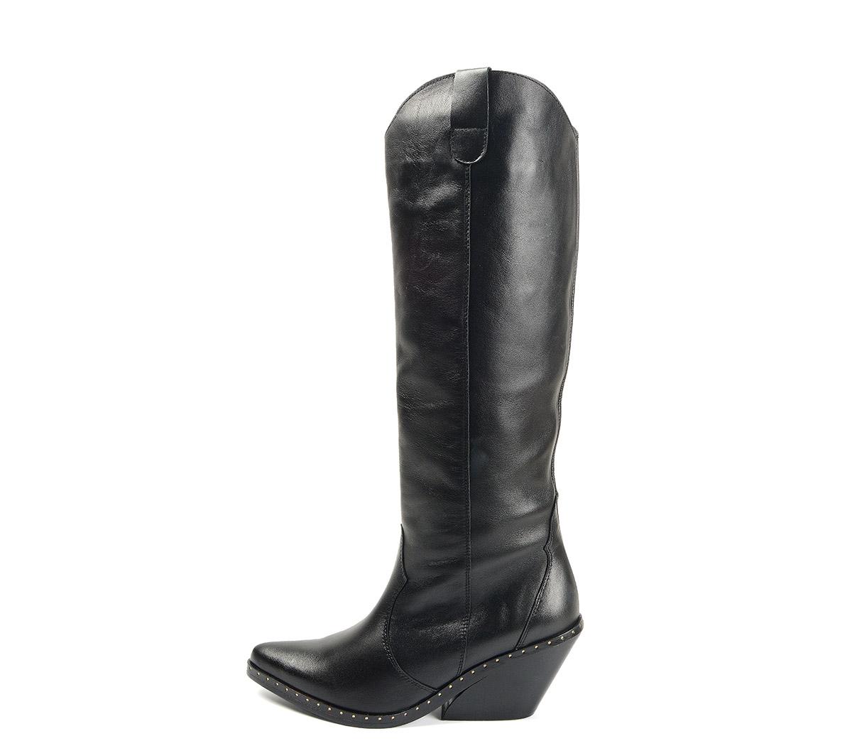 Ref. 4096 Bota piel negra campera. Acabado en punta. Detalle tachuelas en el contorno de la suela. Tacón de 7.5 cm. Altura de caña 35 cm.