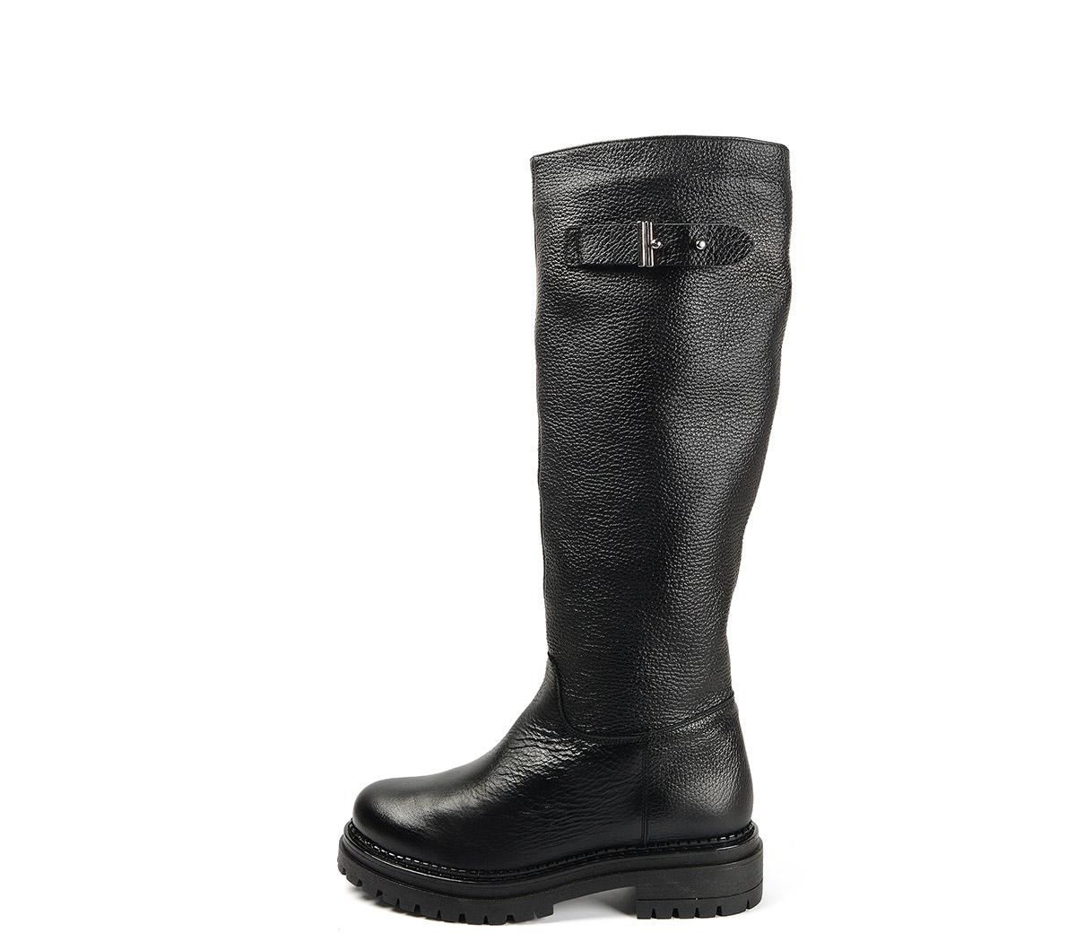 Ref. 4100 Bota piel negro con detalle metálico lateral. Suela dentada. Altura tacón 4 cm y plataforma delantera 2.5 cm. Caña de 40 cm.