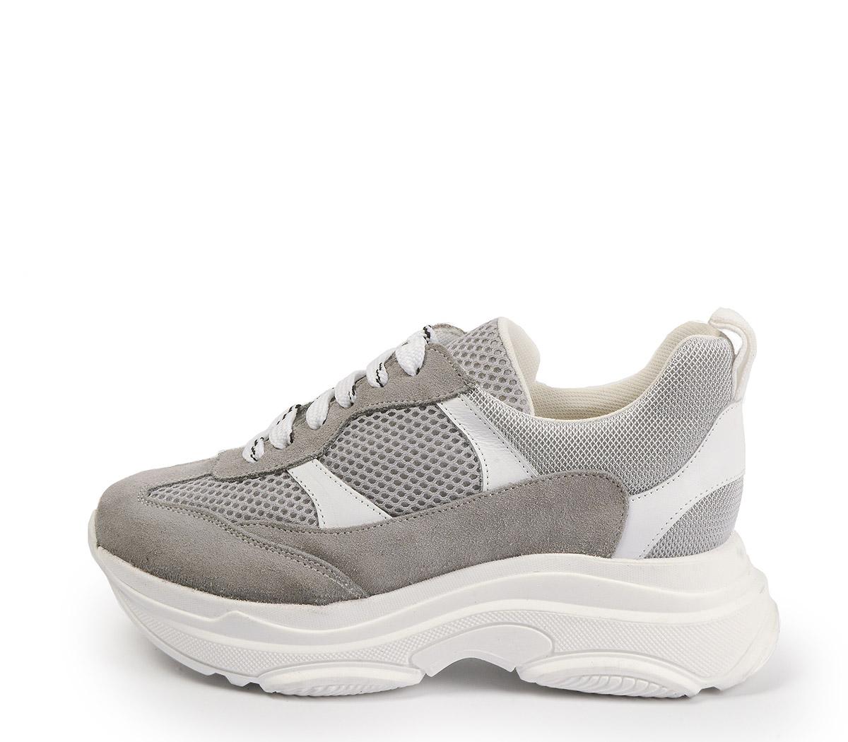 Ref. 4124 Sneaker serraje taupe combinado con tela y piel blanca. Altura plataforma trasera 5 cm y plataforma delantera 3 cm.