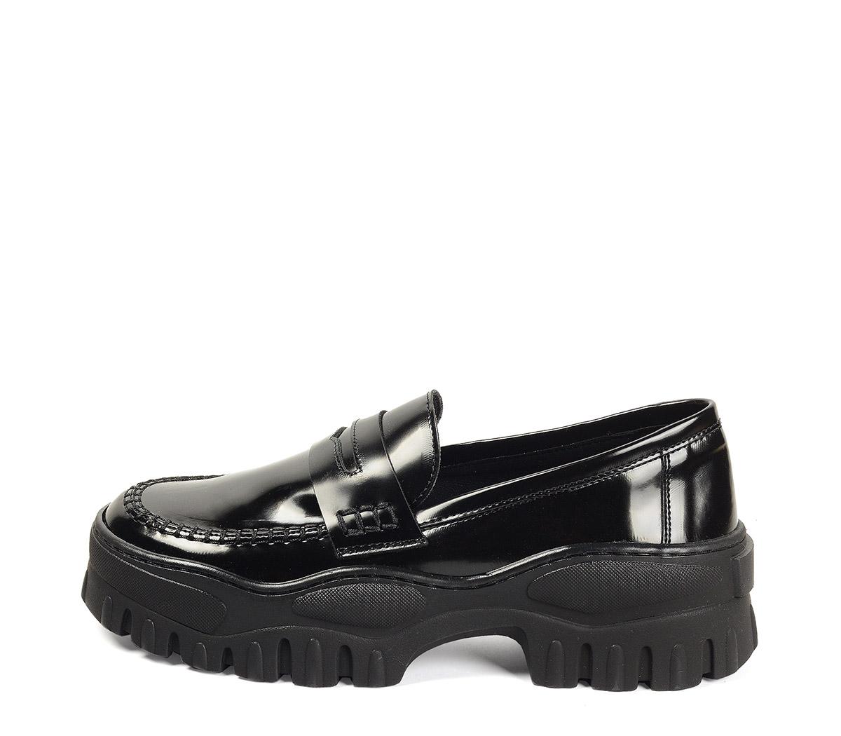 Ref. 4159 Zapato tipo mocasín florenty negro. Suela dentada. Tacón de 5 cm y plataforma delantera de 4 cm.