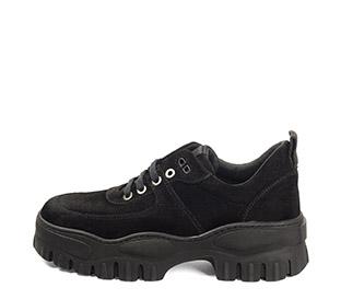Ref. 4160 Sneaker serraje negro con cordones al tono. Suela dentada. Tacón de 5 cm y plataforma delantera de 4 cm.