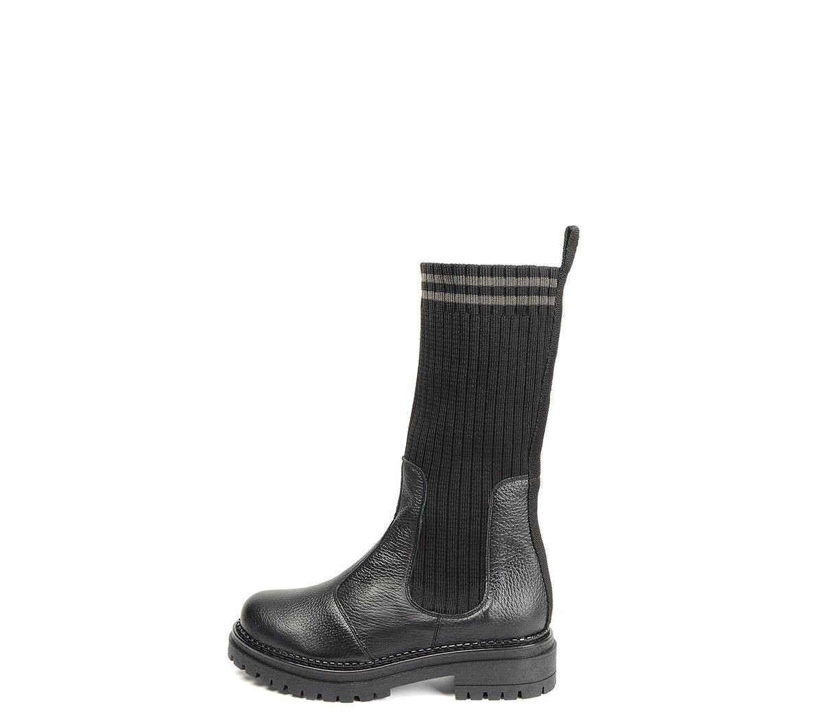 Ref. 4161 Bota piel negra con caña tipo calcetín en negro. Suela dentada. Tacón de 4 cm y plataforma delantera de 2.5 cm.