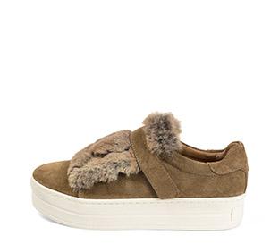 Ref. 4167 Sneaker serraje visón con detalle pelo en el empeine y cierre con velcro. Plataforma blanca de 4 cm.