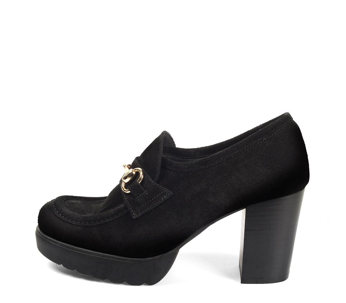 Ref. 4170 Zapato tipo mocasín serraje negro. Detalle dorado en el empeine. Altura tacón 8 cm y plataforma delantera de 2.5 cm.