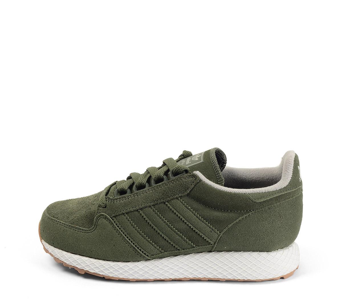 Ref. 4177 Adidas Forest Grove J serraje kaki. Cordones al tono. Suela blanca.