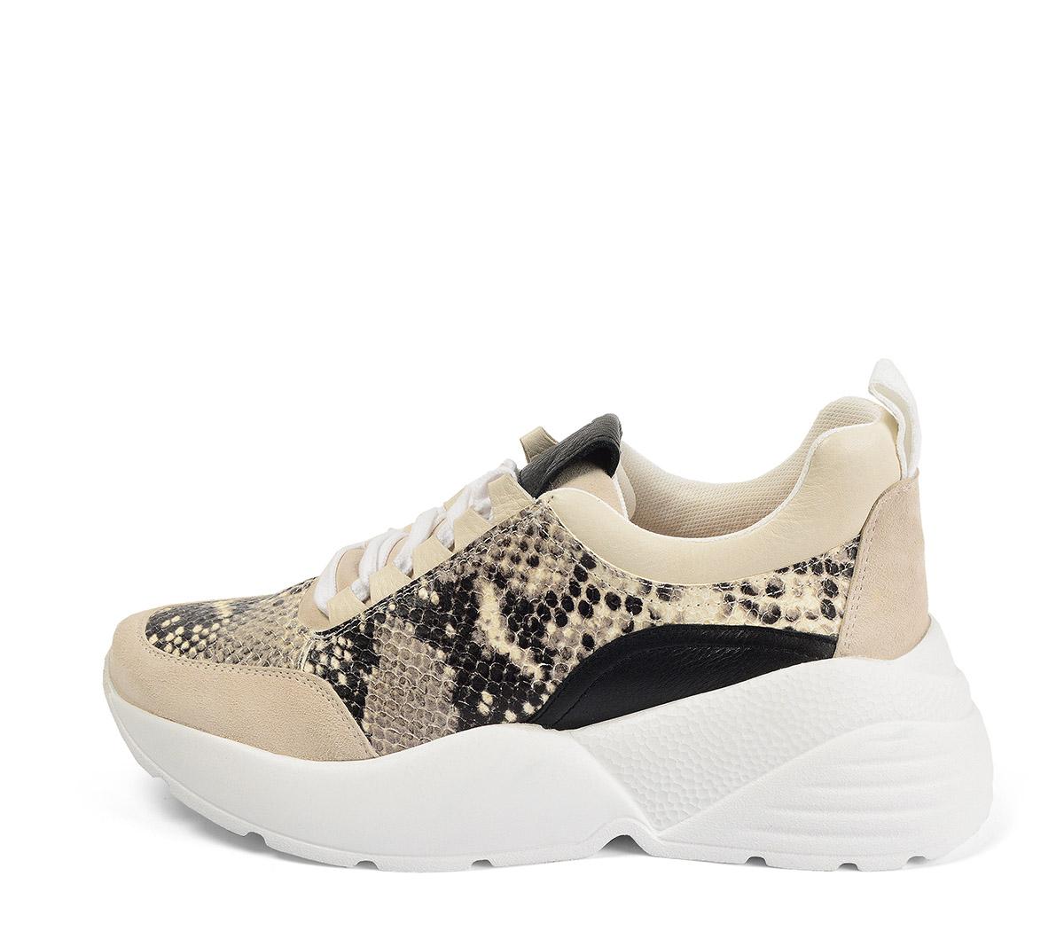 Ref. 4204 Sneaker serraje beige con piel grabado serpiente. Cordones blancos.