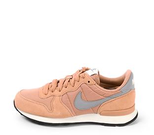 Ref. 4219 Nike Internationalist combinada en serraje y tela color salmón. Simbolo en gris. Cordones al tono.