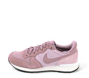 Ref. 4220 Nike Internationalist combinada en serraje y tela color lila. Cordones al tono.