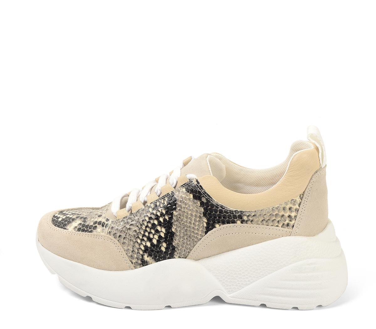Ref. 4223 Sneaker serraje beige combinada con piel estampado serpiente. Cordones blancos. Altura tacón 6 cm y plataforma delantera 3 cm.