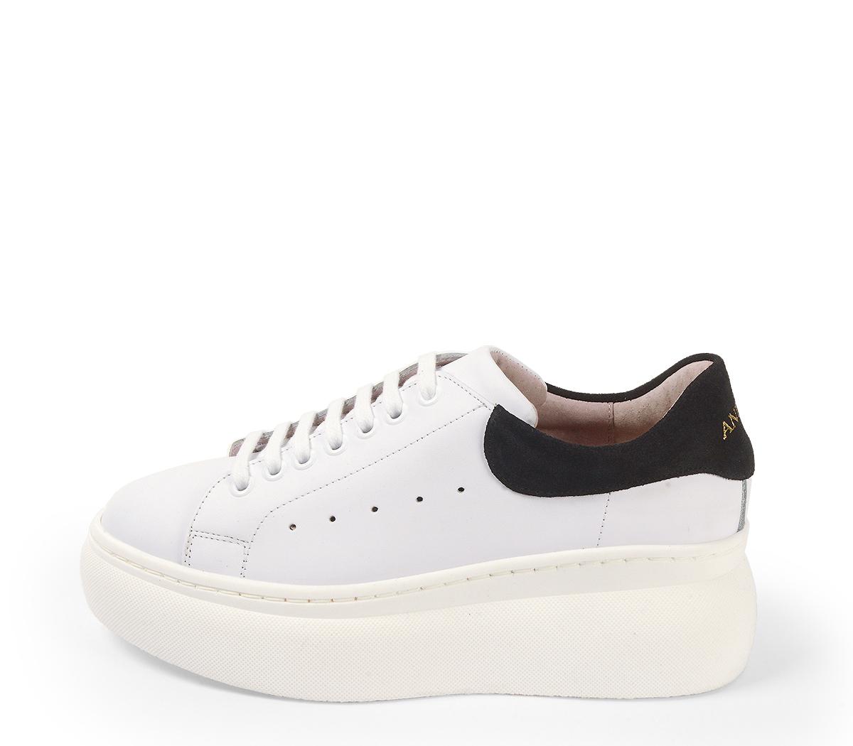 Ref. 4226 Sneaker piel blanca con detalle trasero en serraje negro. Altura plataforma trasera 6 cm y plataforma delantera 4 cm.