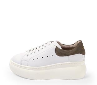 Ref. 4227 Sneaker piel blanca con detalle trasero en serraje piedra. Altura plataforma trasera 6 cm y plataforma delantera 4 cm.