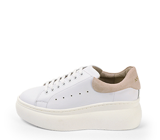 Ref. 4228 Sneaker piel blanca con detalle trasero en serraje rosa. Altura plataforma trasera 6 cm y plataforma delantera 4 cm.