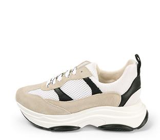 Ref. 4234 Sneaker serraje beige combinado con tela blanca y piel negra. Altura plataforma trasera 5 cm y plataforma delantera 3 cm.