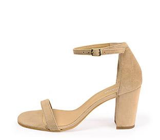 Ref. 4238 Sandalia ante beige con pulsera en el tobillo y tacón de 8 cm. Sin plataforma delantera. Hebilla dorada.