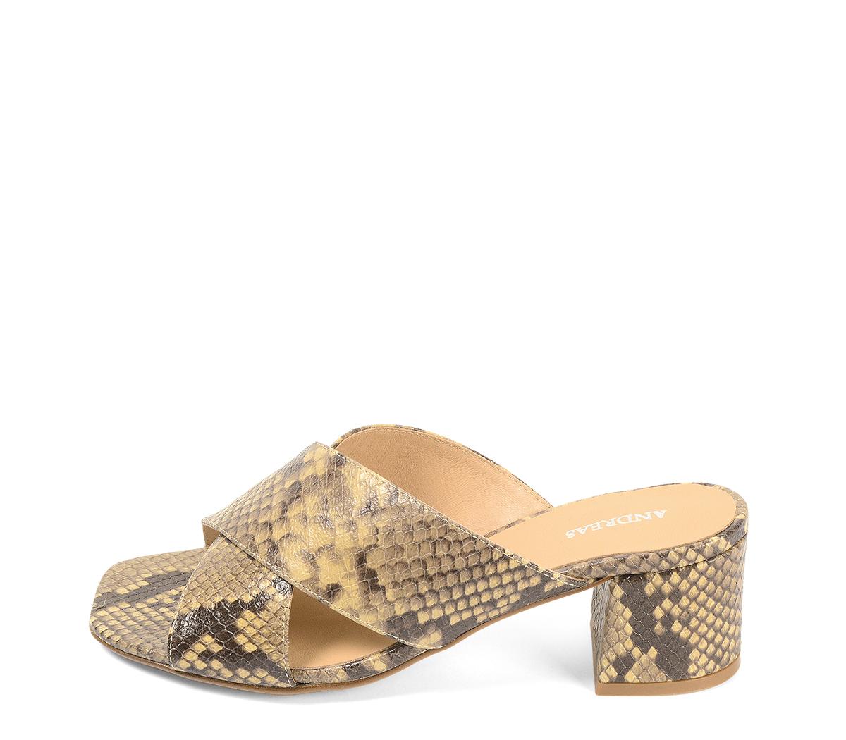 Ref. 4239 Sandalia piel con estampado serpiente beige. Pala cruzada. Altura tacón 6 cm y sin plataforma delantera.