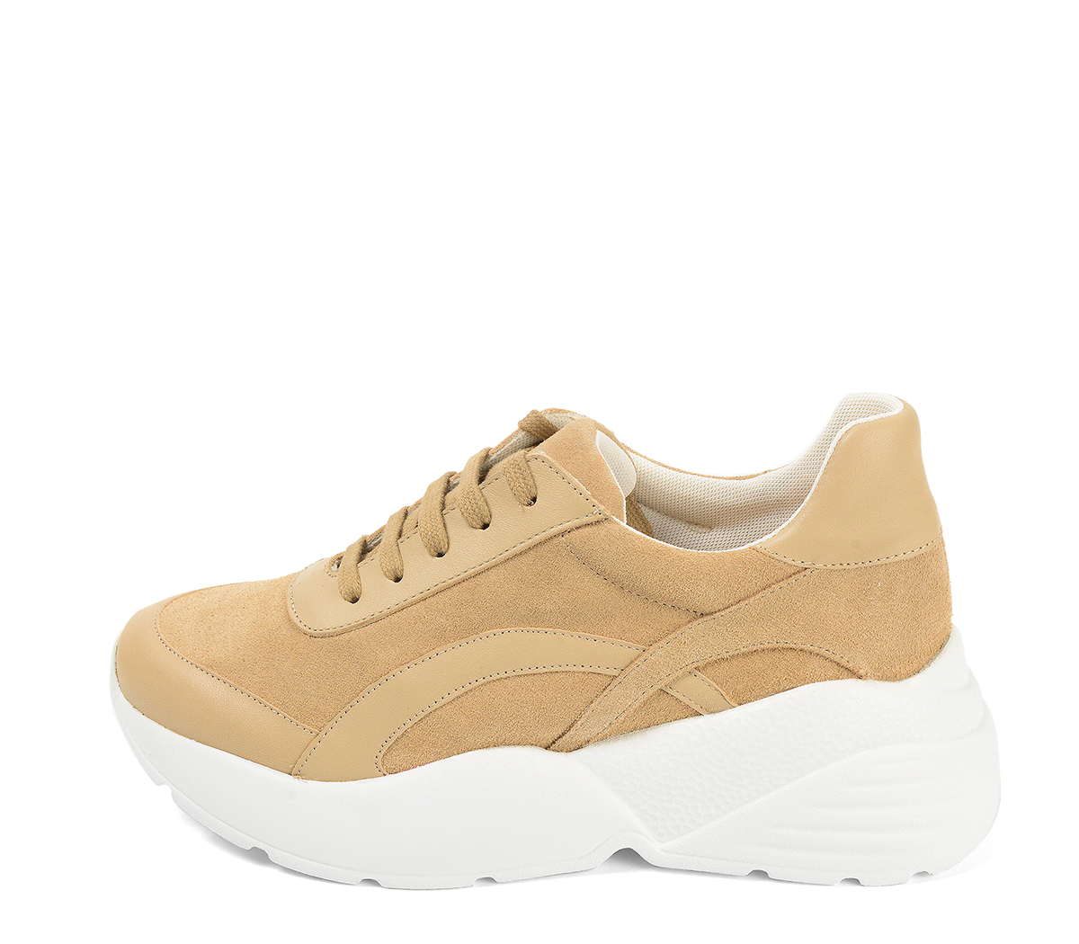 Ref. 4243 Sneaker combinada con serraje y piel beige. Altura plataforma trasera 6 cm y plataforma delantera 3 cm. Suela blanca.