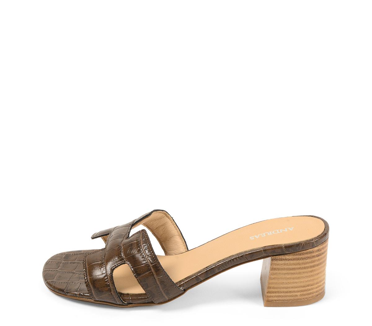 Ref. 4262 Sandalia piel marrón con grabado coco. Altura tacón 6 cm y sin plataforma delantera. Pala en forma de H.