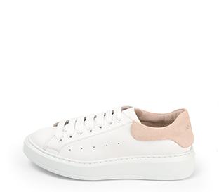 Ref. 4270 Sneaker piel blanca con detalle trasero en serraje rosa. Cordones blancos. Altura plataforma trasera 3.5 cm y delantera de 2 cm.