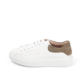 Ref. 4271 Sneaker piel blanca con detalle trasero en serraje piedra. Cordones blancos. Altura plataforma trasera 3.5 cm y delantera de 2 cm.