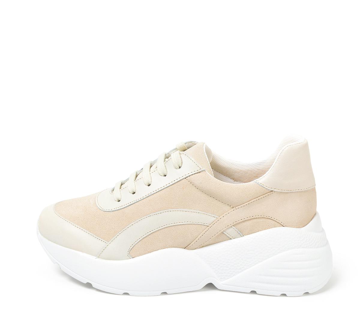 Ref. 4284 Sneaker combinada con serraje y piel arena. Altura plataforma trasera 6 cm y plataforma delantera 3 cm. Suela blanca.