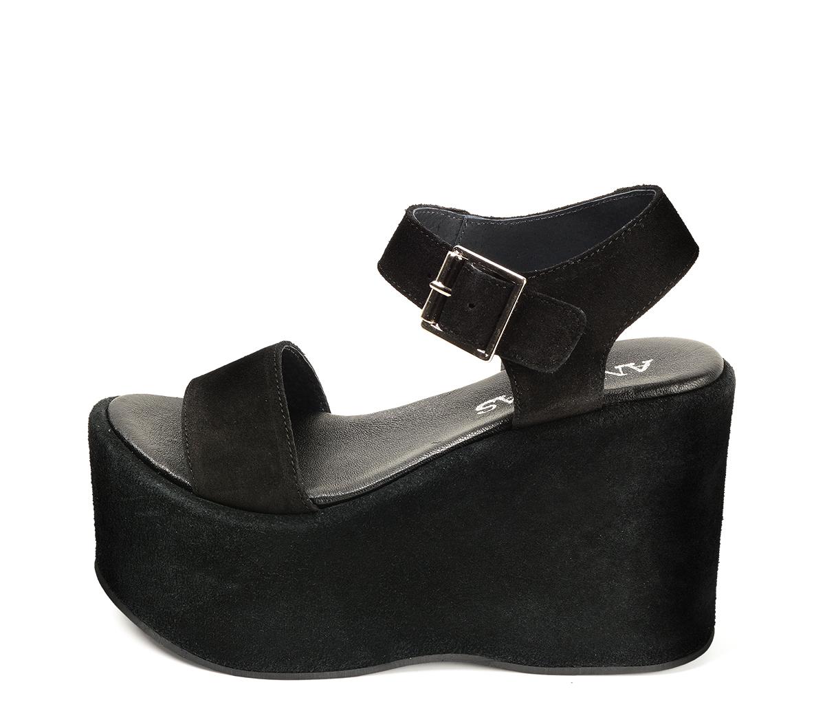 Ref: 4293 Sandalia de serraje negro con pala y pulsera al tobillo con hebilla plateada. Plataforma de serraje al tono. Altura plataforma trasera de 11 cm y plataforma delantera de 7 cm