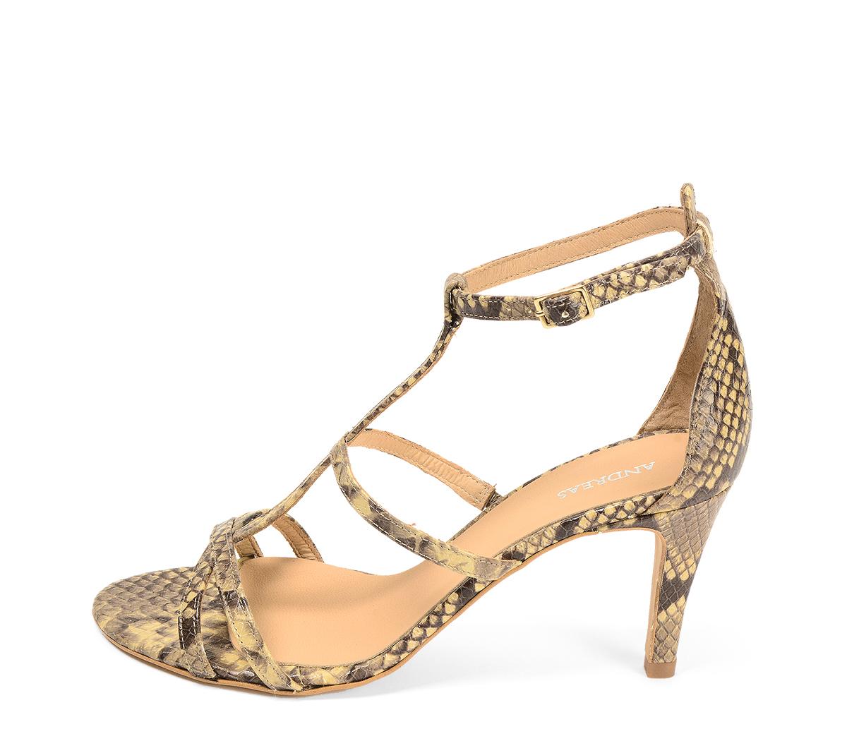 Ref. 4316 Sandalia piel beige con grabado serpiente. Tiras en la pala y pulsera al tobillo. Hebilla dorada. Altura tacón 8 cm y sin plataforma delantera.
