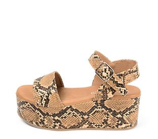 Ref. 4319 Sandalia piel marrón con estampado serpiente. Pala y pulsera al tobillo con hebilla plateada. Altura plataforma trasera 7 cm y plataforma delantera 5 cm.