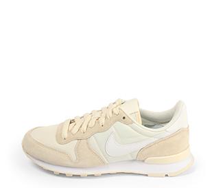 Ref. 4362 Nike Internationalist combinada en serraje beige y tela color blanco. Simbolo en blanco. Cordones al tono.
