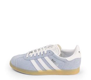 Ref. 4365 Adidas Gazelle W serraje azul con simbolo lateral en blanco. Suela color caramelo. Cordones blancos con puntera metalizada.
