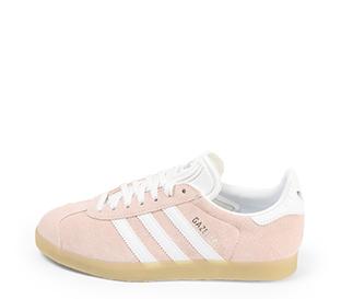 Ref. 4366 Adidas Gazelle W serraje rosa con simbolo lateral en blanco. Suela color caramelo. Cordones blancos con puntera metalizada.