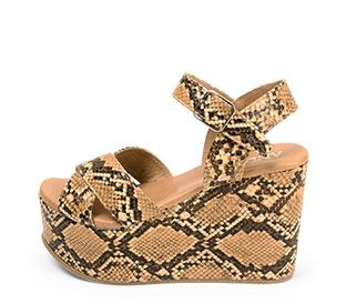 Ref. 4376 Sandalia con grabado serpiente marrón y beige. Pala cruzada y pulsera al tobillo con hebilla plateada. Altura tacón 11 cm y plataforma delantera 5 cm.