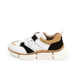 Ref. 4391 Sneaker piel blanca con detalles serraje beige y negro. Suela blanca en bloques. Altura trasera 4.5 cm y delantera de 2.5 cm.