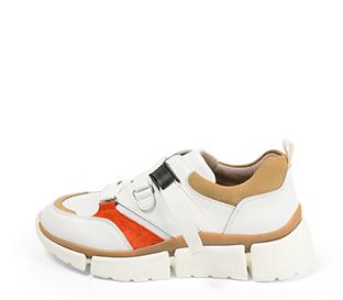 Ref. 4392 Sneaker piel blanca con detalles serraje beige y rojo. Suela blanca en bloques. Altura trasera 4.5 cm y delantera de 2.5 cm.