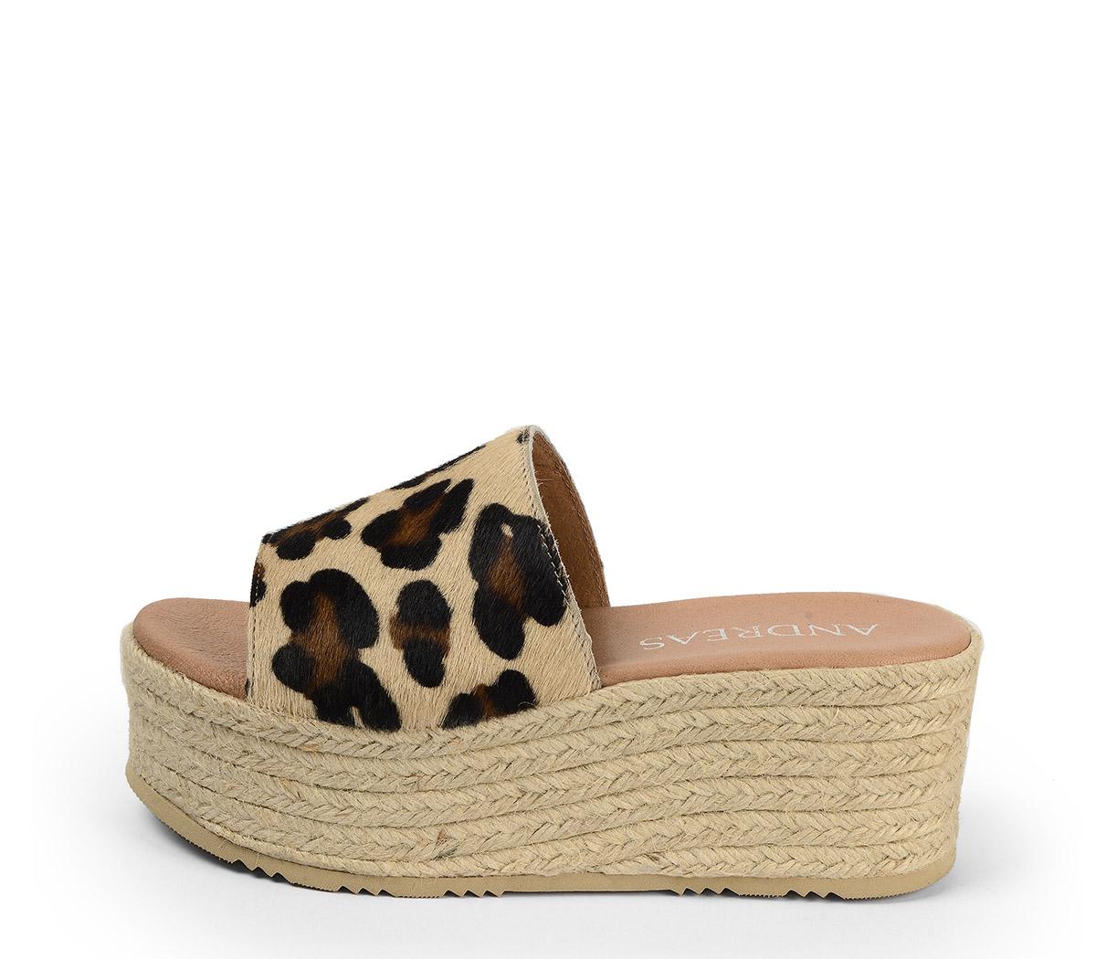 Ref. 4403 Sandalia de potro con estampado leopardo. Plataforma esparto color natural. Altura plataforma trasera de 6.5 cm y plataforma delantera de 5 cm