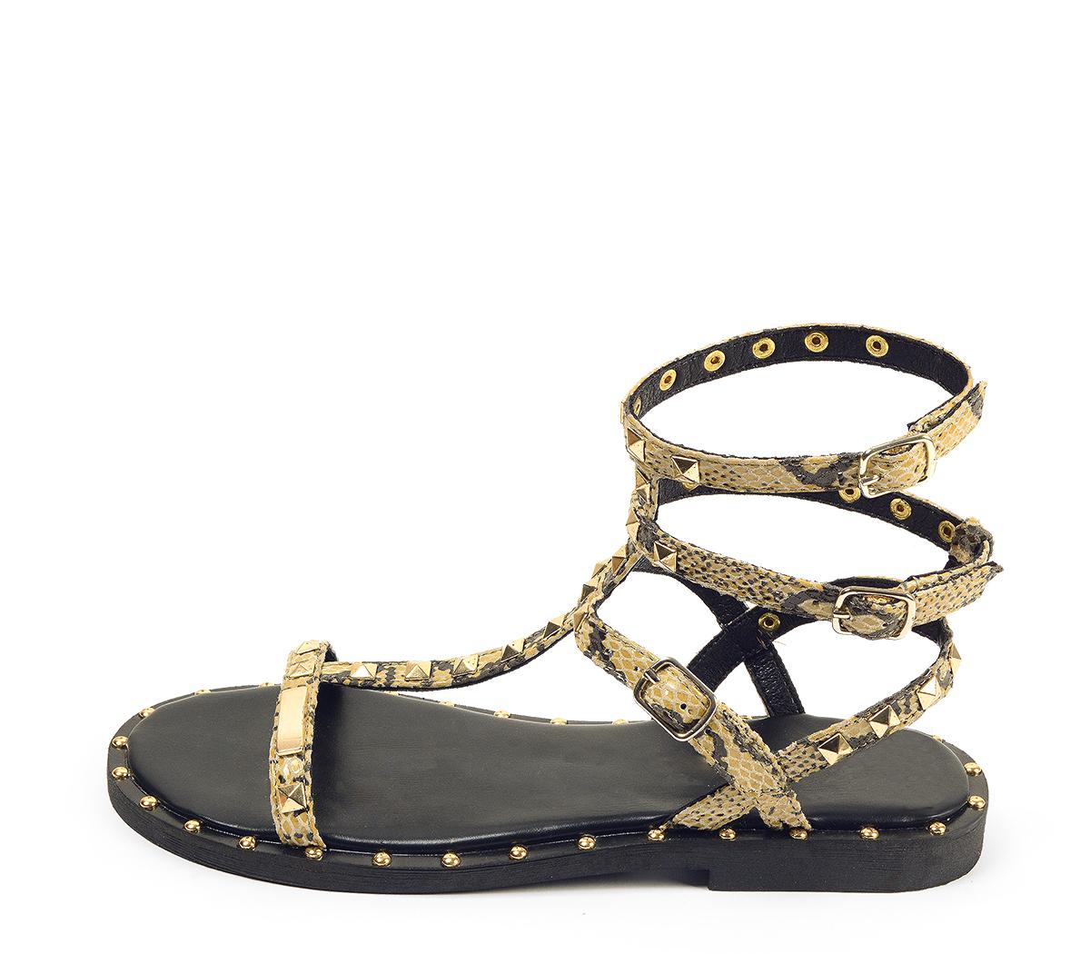 Ref. 4431 Sandalia piel con estampado serpiente estilo romana con detalle piramides doradas. Tiras con 3 hebillas al tobillo.