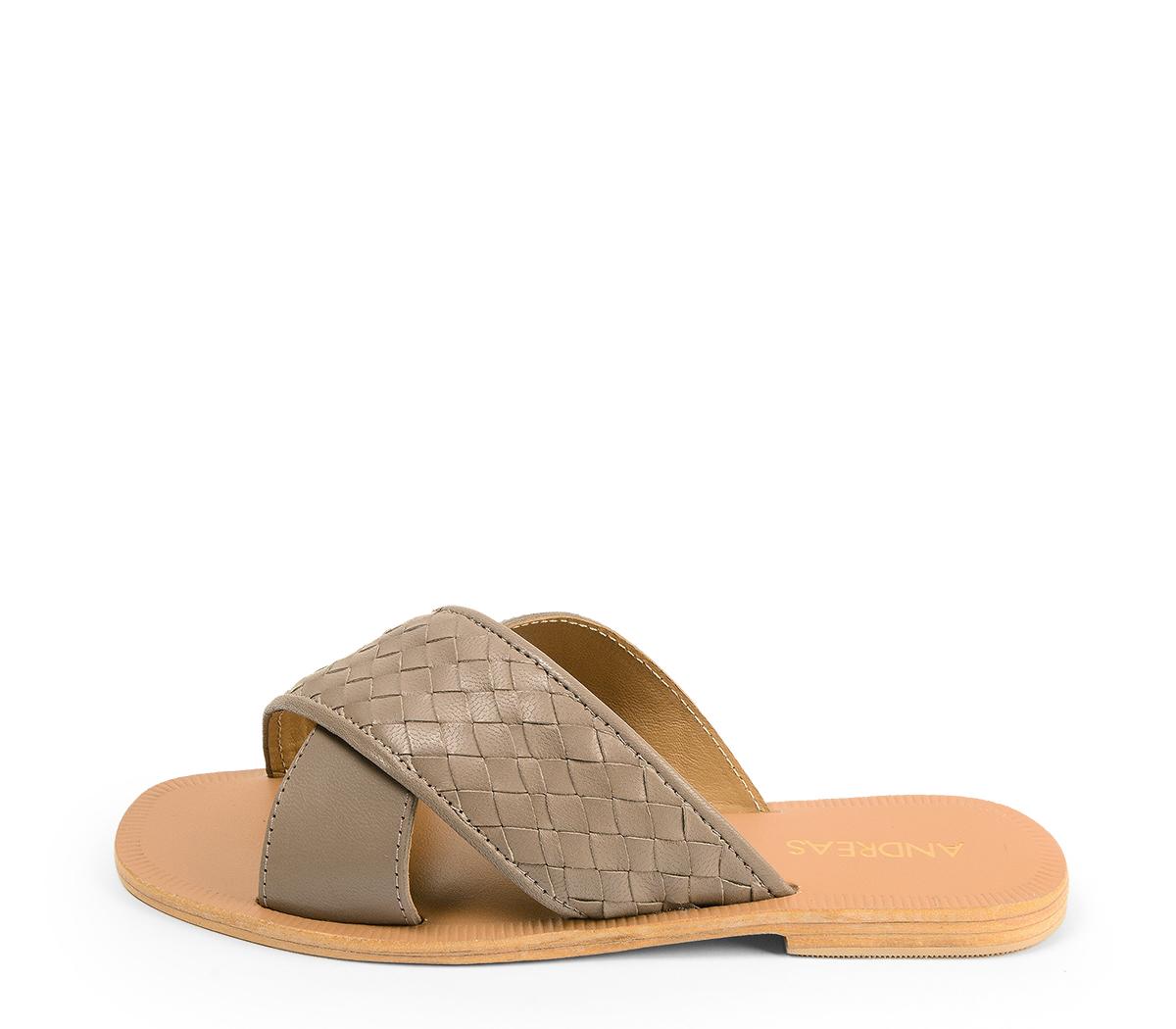 Ref. 4450 Sandalia piel taupe con pala cruzada y detalle trenzado. Plantilla y suela de piel.