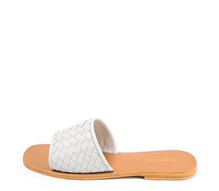 Ref. 4455 Sandalia piel blanca con pala y detalle trenzado. Plantilla y suela de piel.