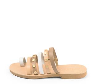 Ref. 4463 Sandalia piel natural combinadas en blanco y taupe. Detalle tornillos dorados. Plantilla de piel.