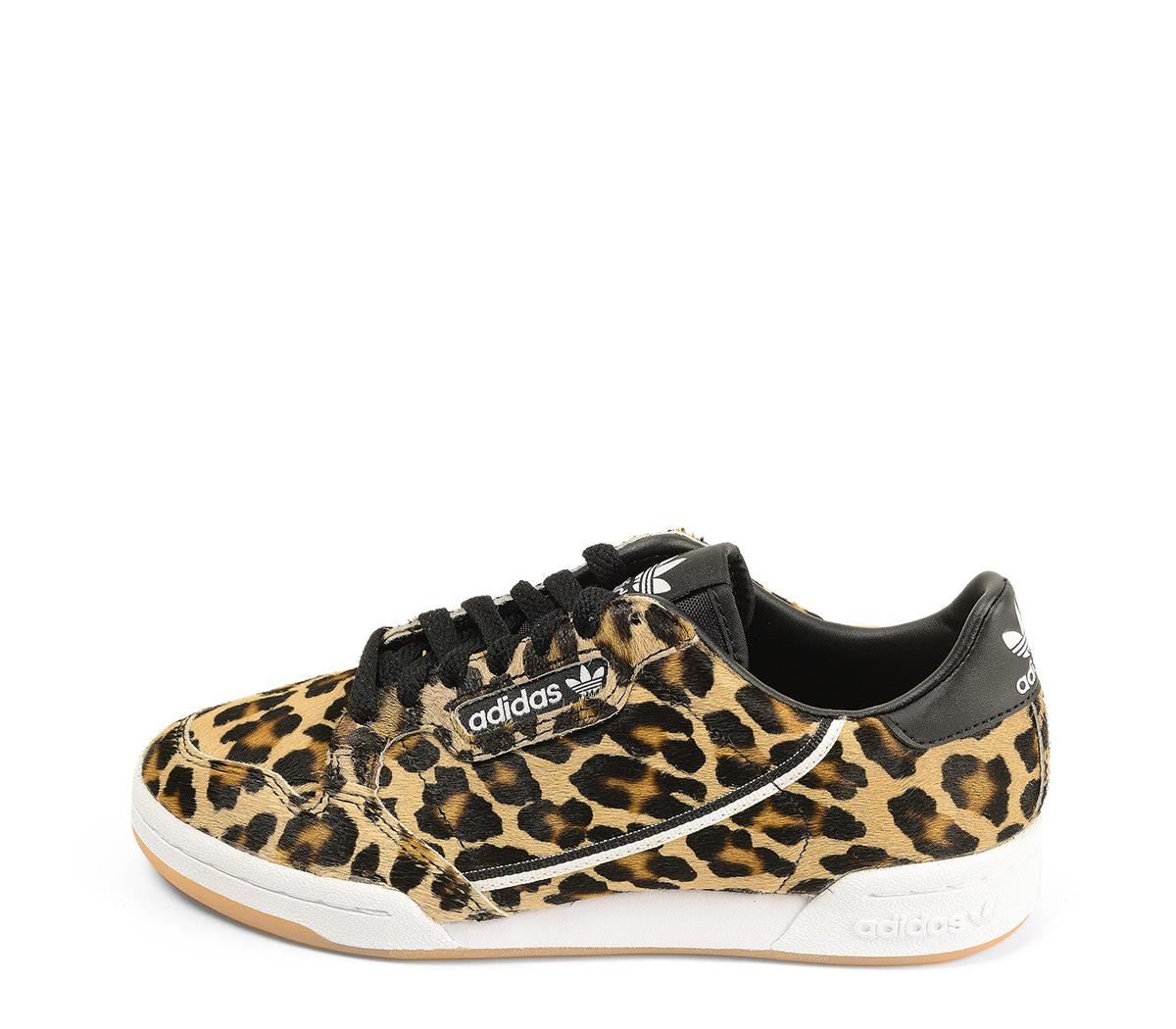 Ref. 4464 Adidas Continental potro leopardo con detalle trasero piel negra. Cordones negros. Suela combinada en blanco y caramelo.
