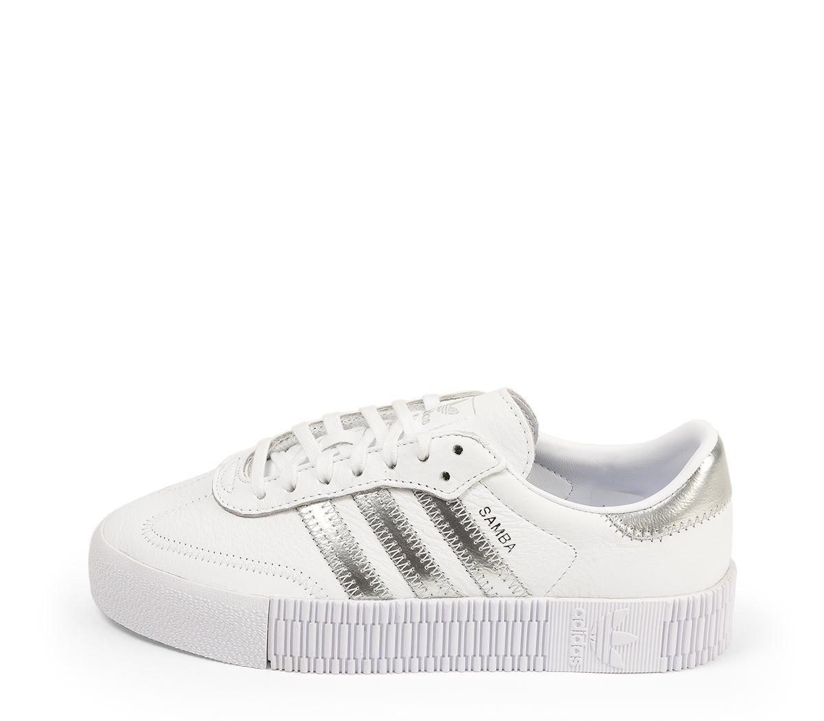 Ref. 4474 Adidas Sambarose piel blanca con detalles en piel plata. Altura plataforma 3 cm. Cordones blancos.
