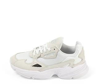 Ref. 4476 Adidas Falcon w combinada en tela blanca y piel beige. Suela blanca. Cordones blancos.