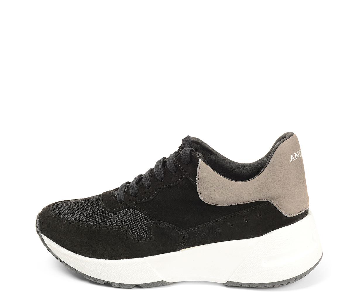 Ref. 4503 Sneaker serraje negro combinada con tela negra y piel en tono gris. Cordones negros. Suela blanca. Altura trasera 5 cm y delantera 3 cm. Plantilla anatomica.