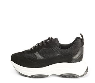Ref. 4504 Sneaker serraje negra combinada en piel y tela al tono. Cordones negros con detalles blancos. Plantilla anatomica. Altura plataforma trasera 5 cm y delantera de 3 cm.