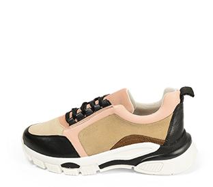 Ref. 4506 Sneaker combinada con piel rosa y negra y serraje en rosa, beige y visón. Cordones negros. Suela combinada. Altura plataforma trasera 5 cm y delantera de 2.5 cm. Plantilla anatomica