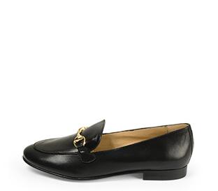 Ref. 4514 Zapato plano de piel negra con detalle dorado en la parte delantera. Plantilla de piel.